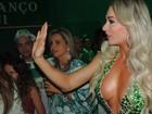 Juju Salimeni ousa no decote em noite de samba com Viviane Araújo