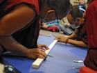 Em museu, monges criam por 6 dias mandala de areia que será destruída