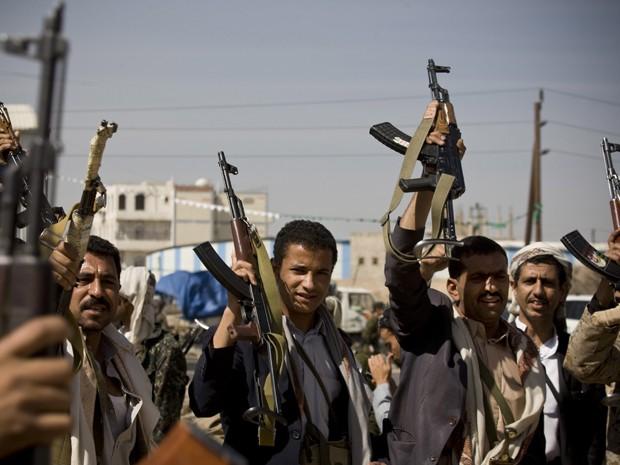 Xiitas Houthi cercam o palácio presidencial em Sanaa, no Iêmen, na segunda-feira (19) (Foto: AP Photo/Hani Mohammed)