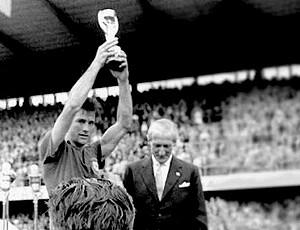 Bellini com a taça da Copa de 58 (Foto: Divulgação)