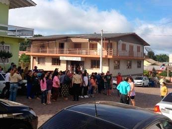 Populares se concentram em frente à delegacia (Foto: Guilherme Pulita/RBS TV)