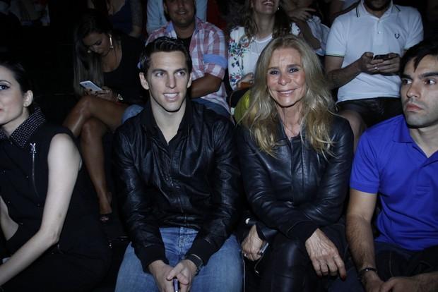 Mãe de Dani Winits e namorado prestigiam o desfile da atriz no Fashion Rio (Foto: Graça Paes/Foto Rio News)