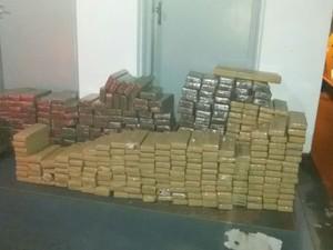Cerca de 1.400 tijolos de maconha foram apreendidos pela polícia (Foto: Divulgação/PM Rodoviária)