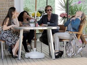 Empreguetes fazem festa! (Foto: Cheias de Charme / TV Globo)