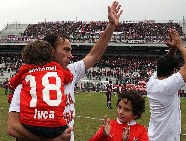 Diego Milito se despede da torcida do Independiente (Foto: Divulgação)