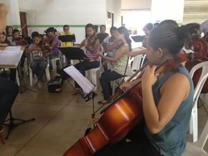 Orquestra Essência se prepara para apresentação nesta quarta-feira (2), em Macapá (Foto: Fabiana Figueiredo/G1)