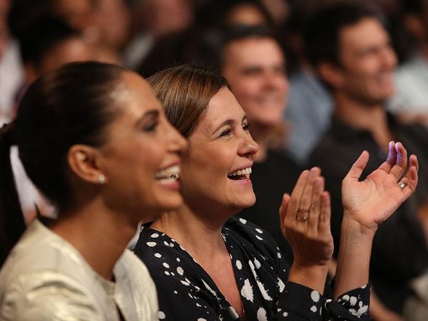 Adriana Esteves e Camila Pitanga se divertem durante a coletiva (Foto: Carol Caminha/Gshow)