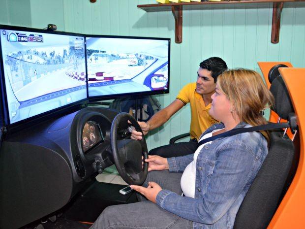 Mariele Lago diz que simulador ajudar alunos a terem maior noção de situações que ocorrem no trânsito (Foto: Quésia Melo/G1)