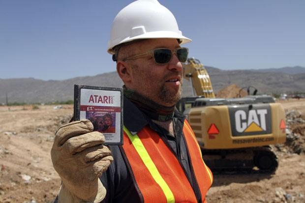 Zak Penn, diretor do documentário sobre a escavação, mostra um cartucho do game 'E.T.', do videogame Atari 2600, que tinha sido enterrado há 30 anos (Foto: Juan Carlos Llorca/AP)