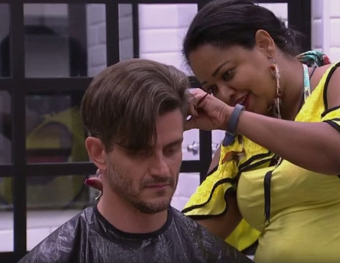 Marcos já aprovou o Salão de Beleza Elis (Foto: TV Globo)