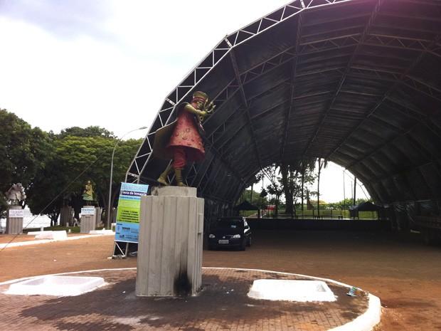 Na Praça dos Orixás, na Prainha, o palco para shows e entrega de oferendas a Iemanjá está sendo montadoo (Foto: Káthia Mello/G1)