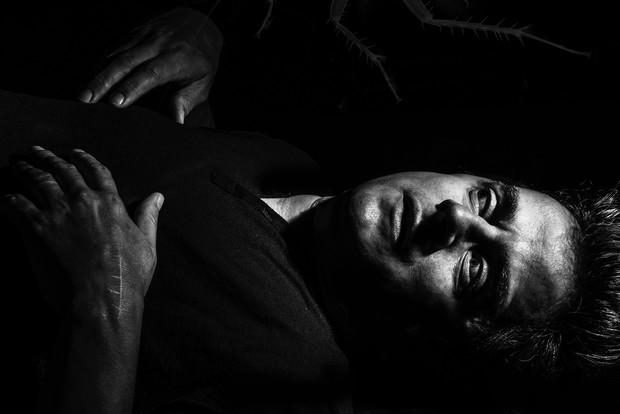 """Fernando Vieira, marido de Suzy Rêgo, posa inspirado em """"A Metamorfose"""", de Franz Kafka (Foto: Alex Falcão/Divulgação)"""