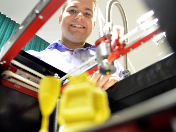 Felipe Alcarde Rodrigues criou impressora 3D em Piracicaba (Foto: Leon Botão/G1)