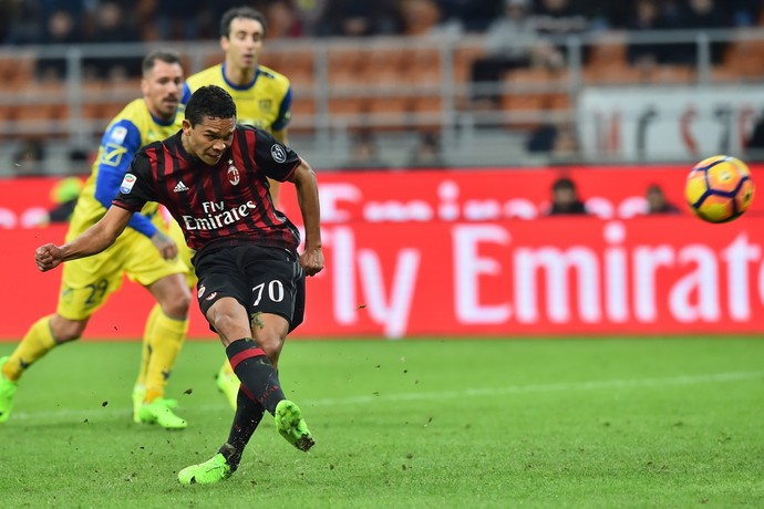 bacca perde pênalti, milan x chievo (Foto: GIUSEPPE CACACE / AFP)