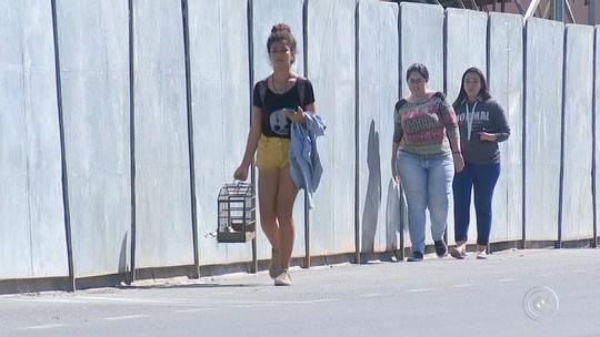 Pedestres reclamam da falta de calçadas na Praça Lecy de Campos