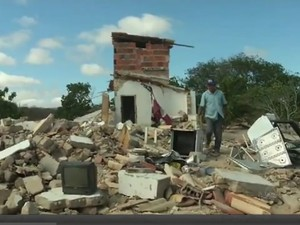 Casas são destruídas em carnaubal (Foto: TV Verdes Mares/Reprodução)