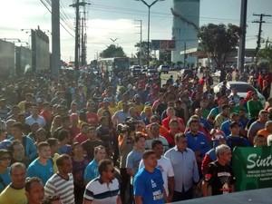 Um sentido da Av. Coronel Teixeira foi bloqueado por aproximadamente dois minutos durante protesto (Foto: Suelen Gonçalves/G1 AM)