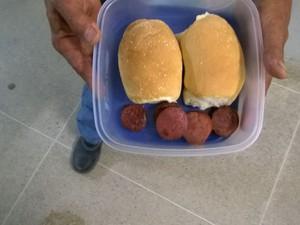 Presos receberam apenas pão e calabresa para jantar (Foto: Arquivo Pessoal)