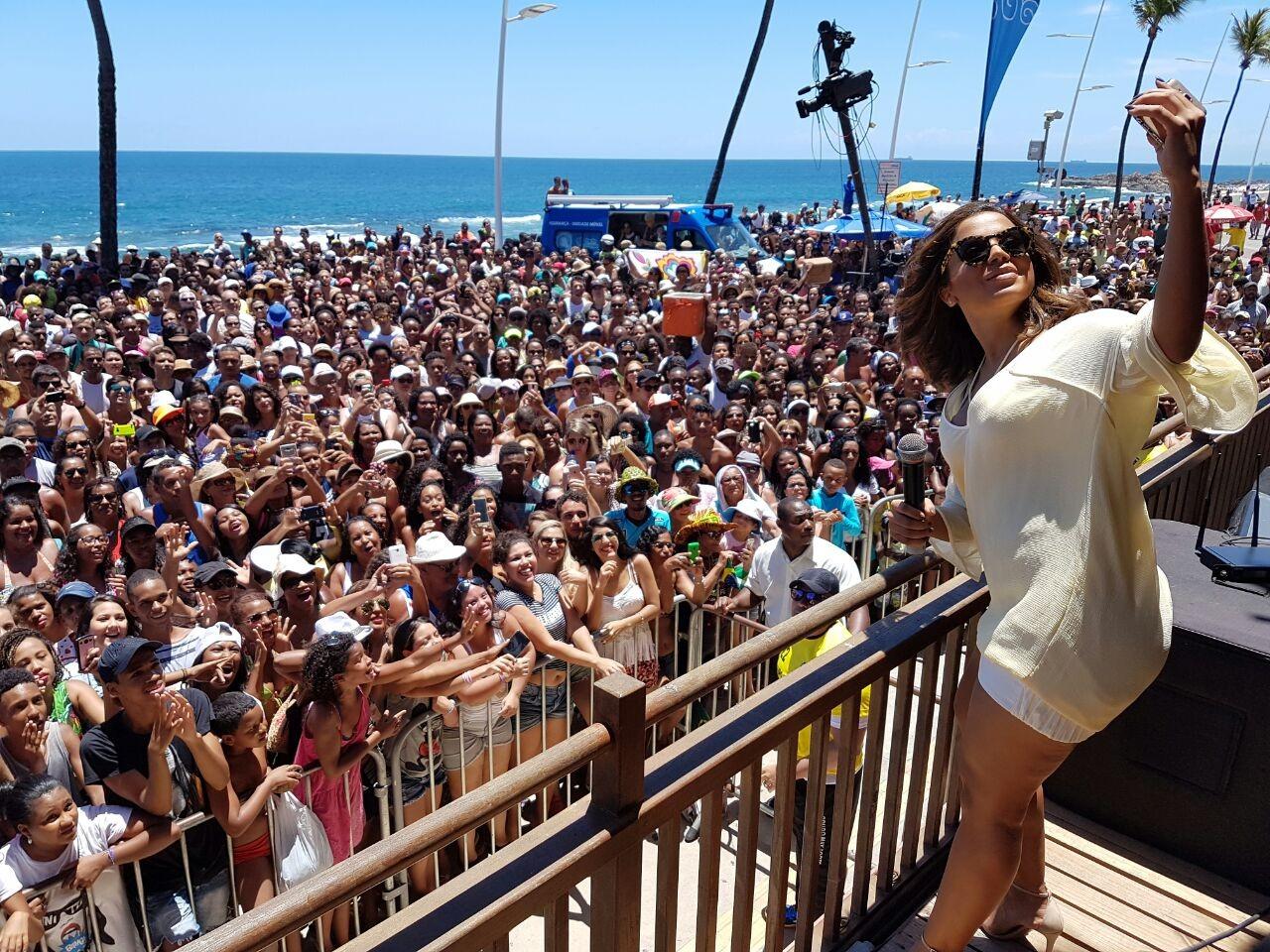 A cantora registrando na selfie o encontro com os fãs (Foto: Victor Lopes)