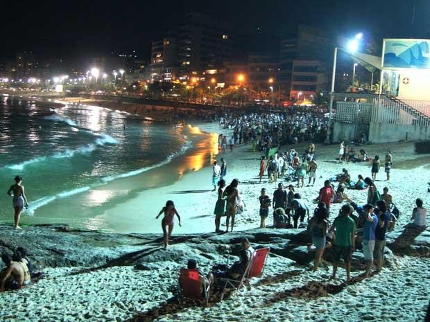 Areias cheias na praia do Arpoador, no Rio de Janeiro , à noite. (Foto: Lívia Torres / G1)