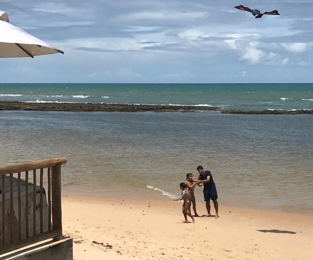 Lair Rennó na Praia do Mucugê com as filhas (Foto: Arquivo pessoal)