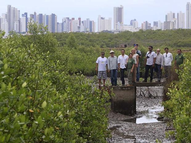 Representantes dp movimento Salve os mangues do Potengi visitaram a área da Zona de Proteção Ambiental (ZPA 08) (Foto: Canindé Soares/G1)