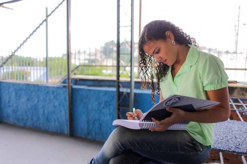 Gabrielli Lopes estudou por 10 meses para passar em concurso do Exército (Foto: Rodrigo Gorosito/G1)