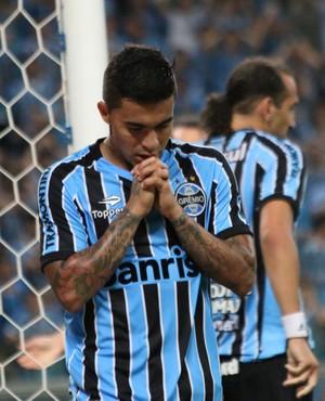 Dudu lamenta chance desperdiçada pelo Grêmio (Foto: Diego Guichard)