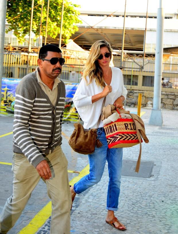 Gisele Bündchen embarca em aeroporto do Rio com look despojado
