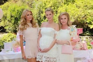 Kathy Hilton com as filhas Paris e Nicky Hilton, em tarde de chá de bebê  de sua primeira neta (Foto: Reprodução do Instagram)