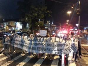 Manifestantes fazem passeata em Santos (Foto: Ivair Vieira Jr / G1)