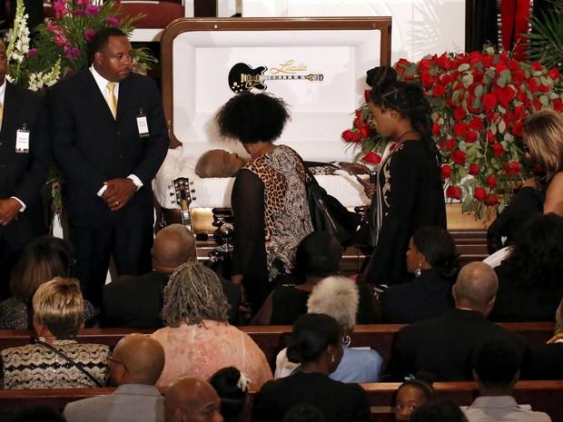 Público passa pelo caixão de B.B. King durante velório em Indianola, no Mississippi (Foto: Mike Blake/Reuters)