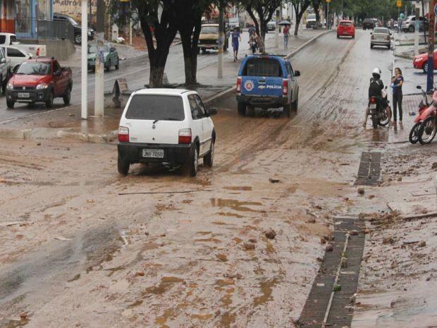 Lama fica espalhada após temporal na cidade de Brumado, na Bahia. (Foto: Wilker Porto / Brumado Agora)