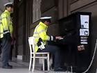 Policial vira hit ao tocar piano colocado em rua na República Tcheca