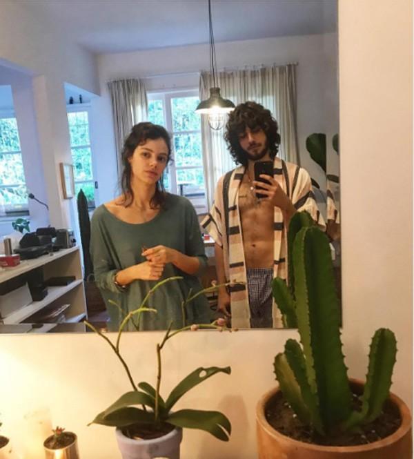 Laura Neiva e Chay Suede em clima de quem acabou de acordar (Foto: Reprodução Instagram)