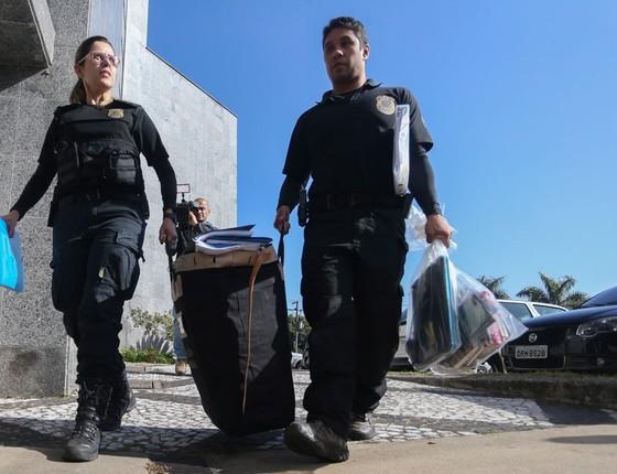 Policiais federais durante a operação Boca Livre, em São Paulo (Foto:  Pedro Kirilos / Ag. O Globo)