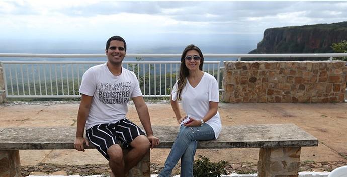 Simone Castro e Helder Vilela gravam o 'Programão' no Mirante do Gritador (Foto: Gshow/Rede Clube)