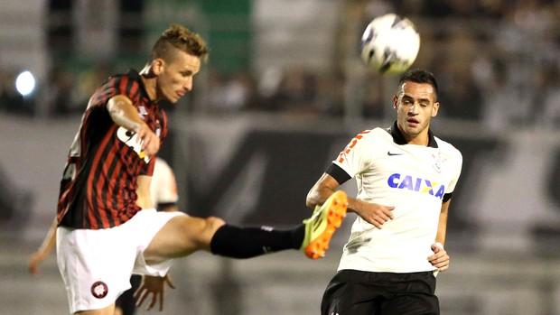 Renato Augusto Corinthians e Atlético-pr (Foto: Marcos Ribolli)