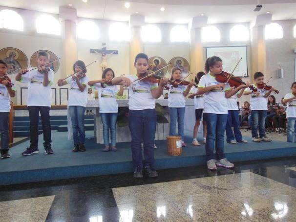 """Apresentação de violino pelas crianças atendidas pelo projeto """"A beleza que salva o mundo"""" (Foto: Divulgação / Associação Sociocultural São Luis Orione de Itapuã (ASLOI))"""