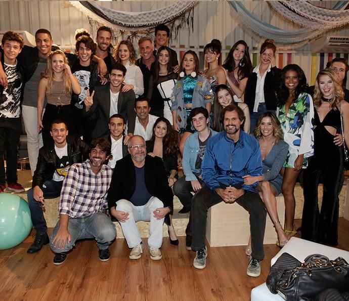 Elenco posa com autor e diretores (Foto: Fábio Rocha/Gshow)