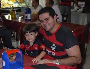 Lucas Dias e o filho Gabriel comemoram título do Fla em João Pessoa (Foto: Yordan Cavalcanti / Globoesporte.com/pb)
