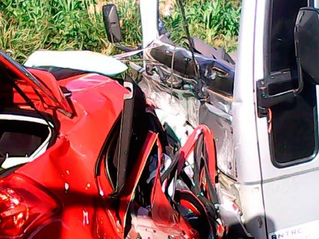 Carro e caminhão colidiram na BR-386 (Foto: Samu/Divulgação)