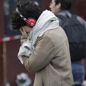 FOTOS: mulher chora em frente a bar que foi alvo de ataque em Paris (Kenzo Tribouillard / AFP)