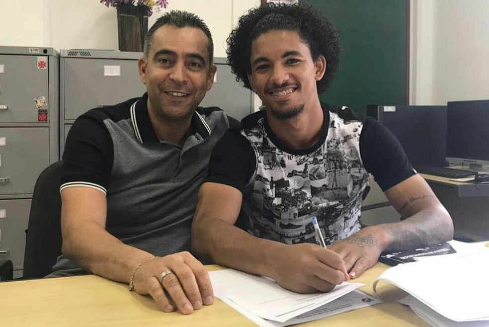 Douglas, ao lado do empresário Renato Costa, renova contrato com o Vasco (Foto: Reprodução/Instagram)