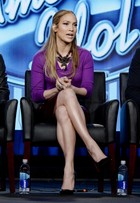 Jennifer Lopez exibe as pernas em coletiva de imprensa do 'American Idol'