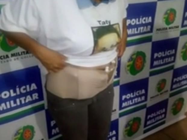 Mulher é presa ao levar drogas em barriga falsa de grávida, em Goiás (Foto: Reprodução/TV Anhanguera)