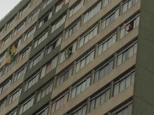 Moradores de prédio batem panelas durante passagem de manifestação contra impeachment (Foto: Karina Godoy/G1)