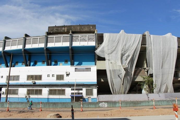 Estádio Olímpico divido em dois: entre a demolição e a parte ainda utilizável (Foto: Diego Guichard)