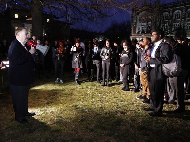 O presidente da Universidade de Oklahoma, David Boren, fala com alunos durante protesto contra vídeo racista de fraternidade (Foto: Steve Sisney/AP)