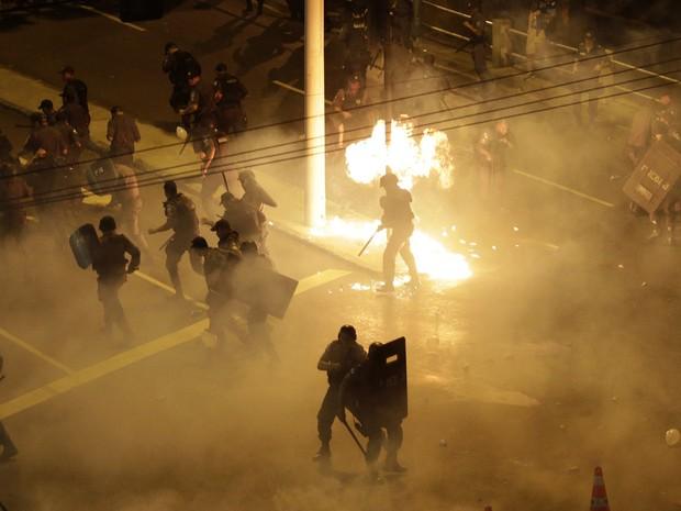 Bombas explodem durante confronto entre grupo de manifestantes e polícia no Rio de Janeiro (Foto: Ricardo Moraes/Reuters)